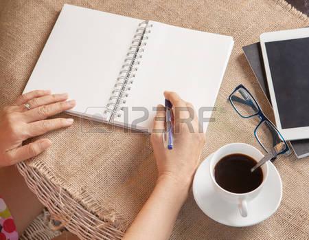 50101273-kadin-yazma-anilar-rahatlatici-zaman-ve-duygu-ile-beyaz-kagida-not-vurdu1